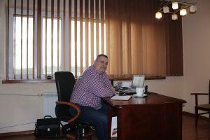 Prezes MPK siedzi przy swoim biurku.