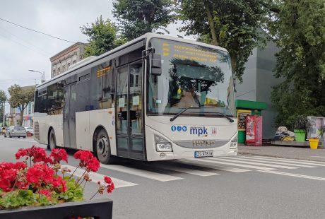 Autobus na ulicy Łaskiej. Przed nim widać kwiaty.